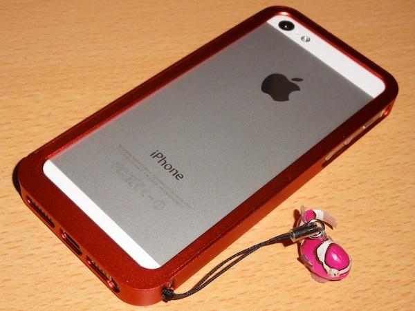 バンパーとダンゴウオストラップを装着したiPhone 5
