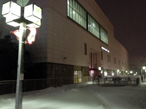 雪景色の中のコナミスポーツ新百合ヶ丘店