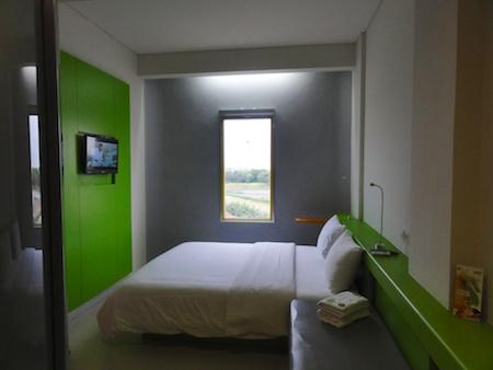 キングサイズのベッドとテレビ