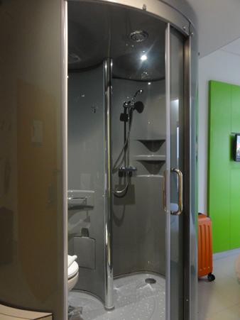 トイレとシャワーは円柱状の小部屋になっています