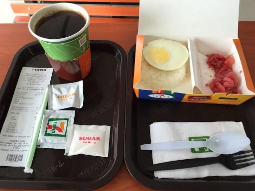 マクタン島のセブンイレブンの朝食