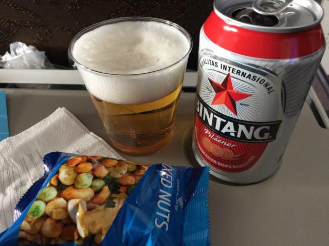 ガルーダ・インドネシア航空の機内サービス(ナッツとビール)